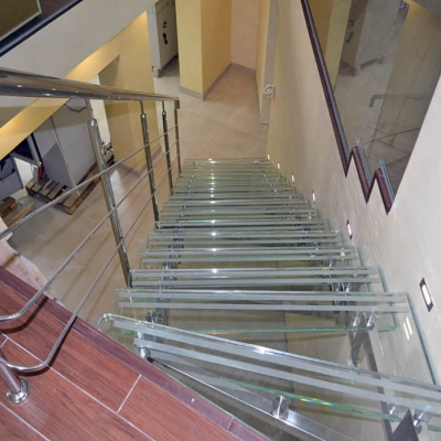 Стеклянная лестница с матовыми полосами