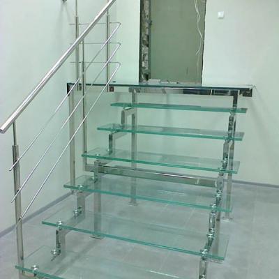 Стеклянная лестница с поручнем из нержавеющей стали