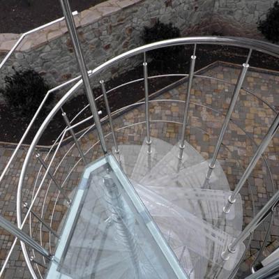 Стеклянные ступени винтовой лестницы