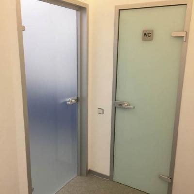 Двери в алюминиевых коробках из стекла