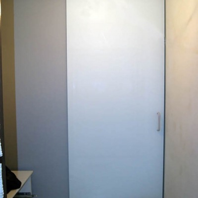 Раздвижная крашеная дверь в прихожей