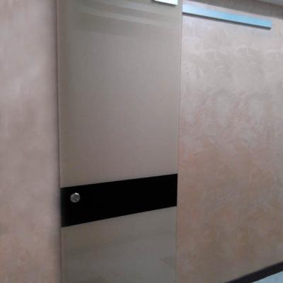 Раздвижная крашенная дверь