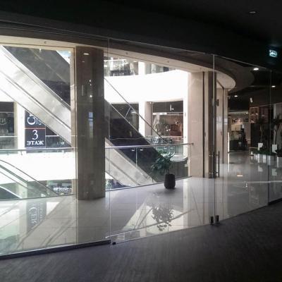 Раздвижные двери в торговом центре
