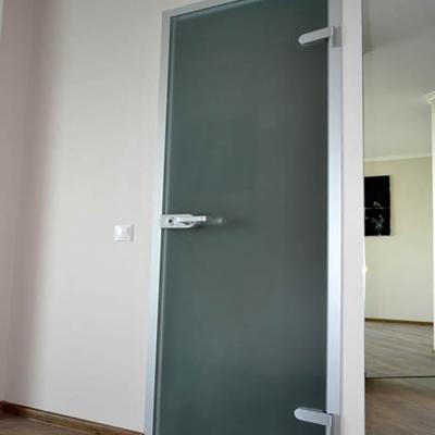 Стеклянаня дверь в ванную комнату