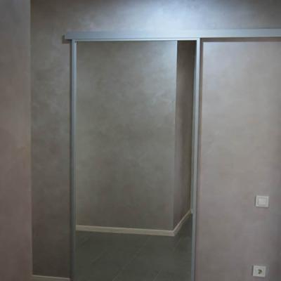 Раздвижная стеклянная дверь в гардероб