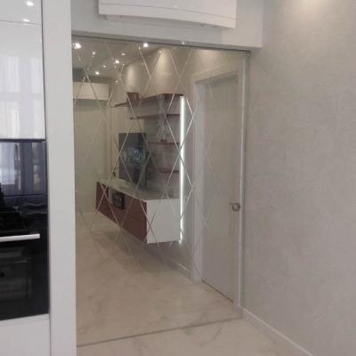 Стеклянная раздвижная дверь с гравировкой