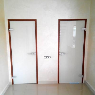 Стеклянные крашеные двери в декорированной коробке