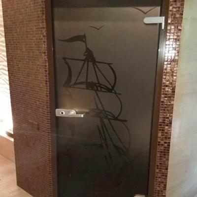 Стеклянные двери в окрашенной алюминиевой коробке