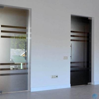 Стеклянные двери в строительной компании