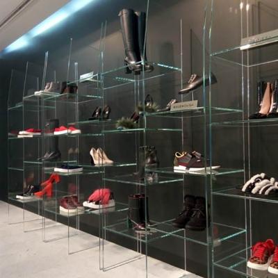 Стеклянные витрины в обувном магазине