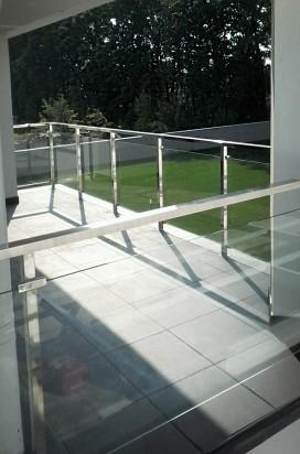 Ограждение балкона из нержавеющей профильной трубы