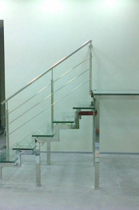Стеклянная лестница с поручнем из нержавейки