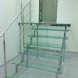 Стеклянная лестница,лестница со стеклянными ступенями,лестница из стекла,лестница с нержавеющим поручнем