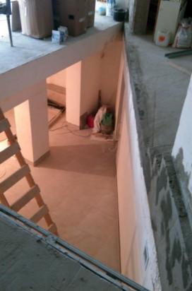 Монтаж стеклянной лестницы