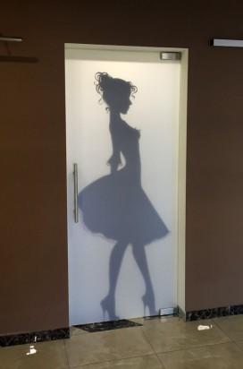 Стеклянная дверь в женский санузел в торговом центре