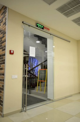 Раздвижная прозрачная дверь в торговом центре