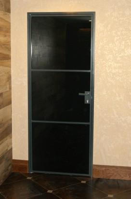 Стеклянная дверь в алюминиевом обрамлении