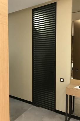 Стеклянные двери в алюминиевом декоративном обвязе