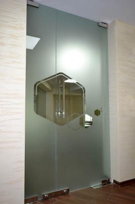 Стеклянные распашные двери с матированием