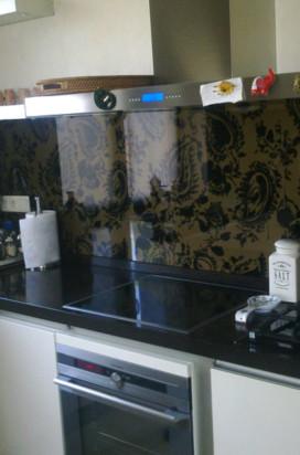 темный стеклянный кухонный фартук