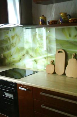 зеленое стеклянное панно в квартире