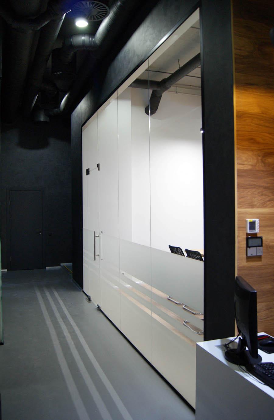 Офисная стеклянная перегородка в окрашеном алюминиевом профиле с матовым стеклом