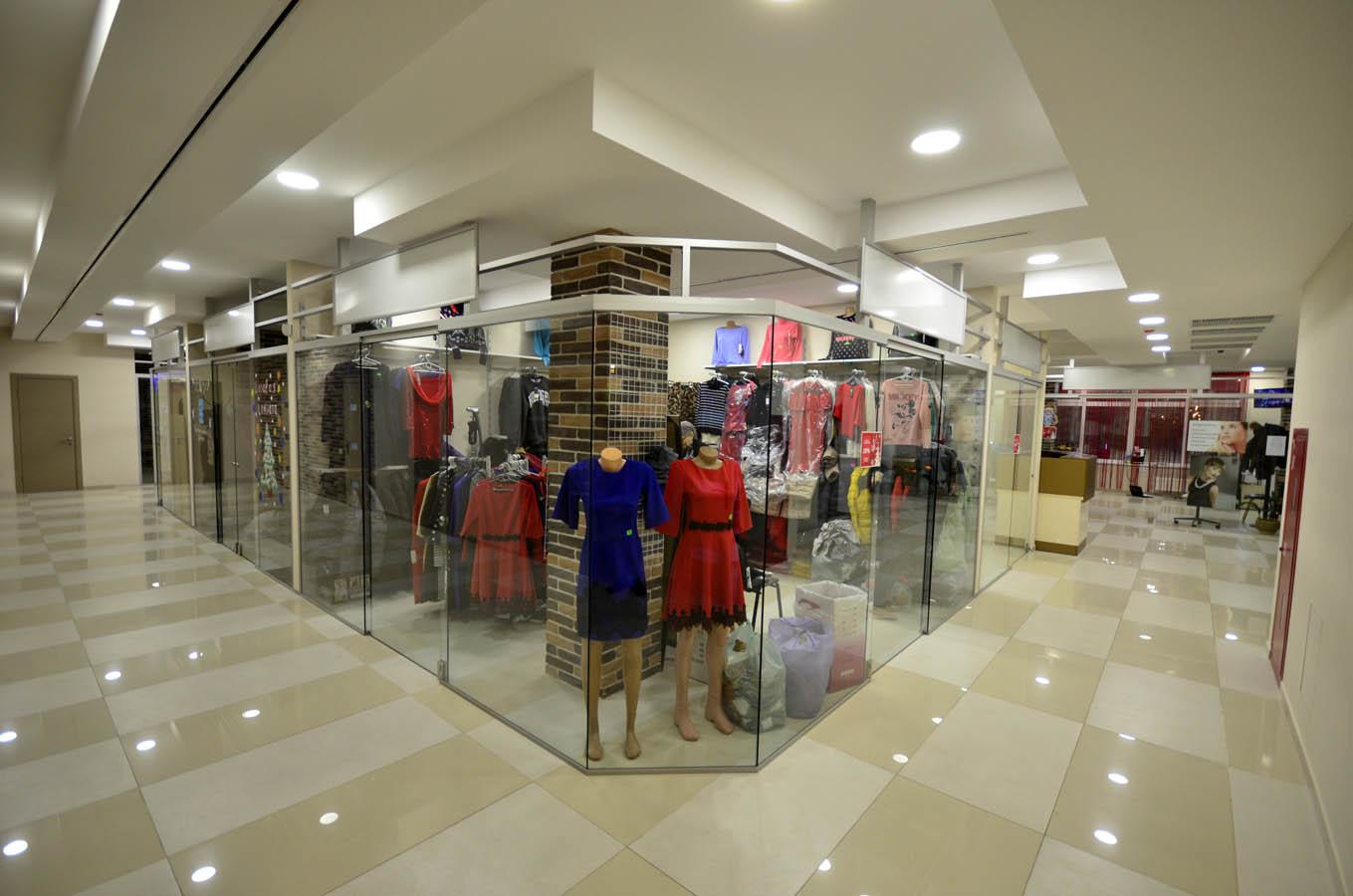 Перегородки из стекла в интерьере торгового центра - пример фасадной витрины