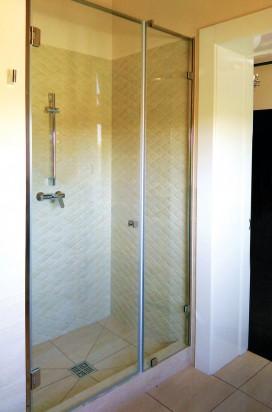 Прозрачная душевая перегородка с маятниковой дверью