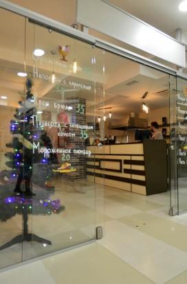 Раздвижная стеклянная перегородка в кафетерии