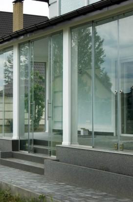 Раздвижные перегородки на террасе из стекла