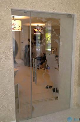 Стеклянная дверь с матовым рисунком