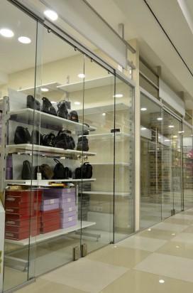 Стеклянные раздвижные перегородки в торговом центре