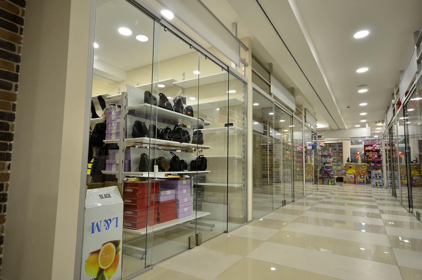 Стеклянные раздвижные перегородки в торговом центре, фасадная витрина