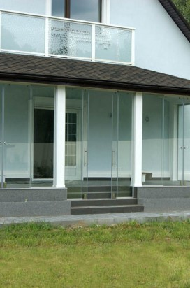 Остекление террасы раздвижными перегородками и двехстворчатыми дверями