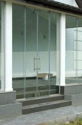 Стеклянные раздвижные перегородки на террасе с двухстворчатыми входными дверями