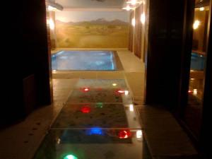 Стеклянный пол с точечной подсветкой