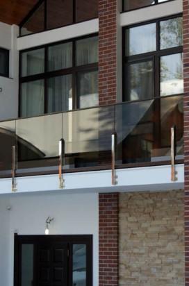 Ограждение балкна выполненное из тонированного стекла