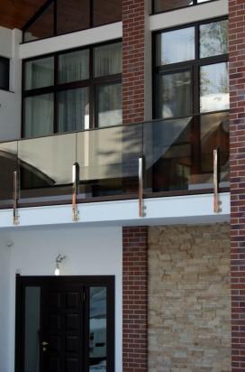 Ограждение балкона выполненное из тонированного стекла