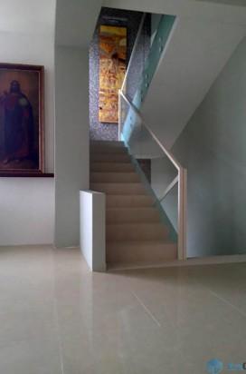 Ограждение лестницы из стекла в обрамлении крашенного металла