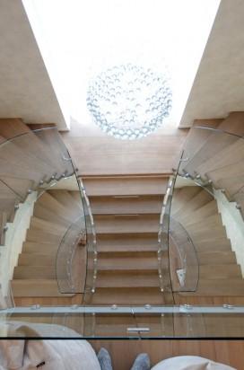 Ограждение лестницы из стекла в интерьере