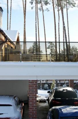 Ограждение террасы выполненное из стекла на нержавеющих стойках