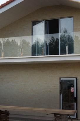 Прозрачное стеклянное ограждение балкона на стойках