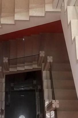 Стеклянное ограждение лестницы в мраморе