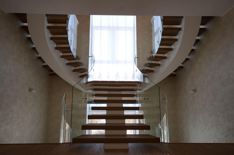 Т образная лестница с деревянными ступенями и стеклянными ограждениями/порячнями на 3 этажа