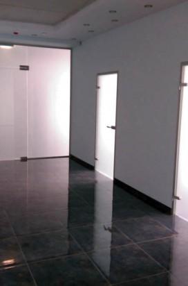 Двери стеклянные в алюминиевой коробке