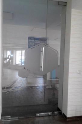 Стеклянные офисные двери с логотипом