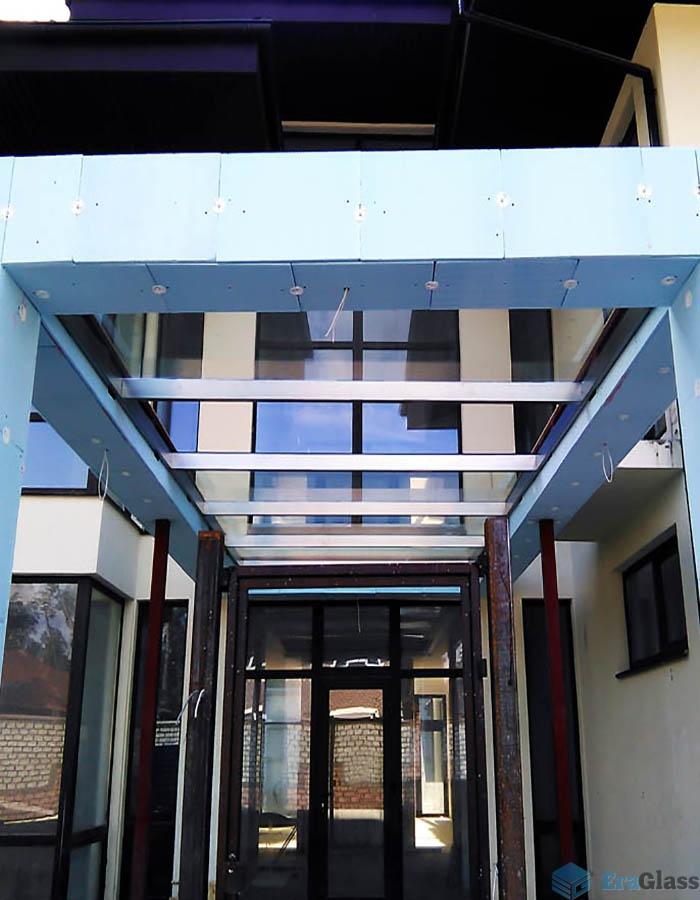 стеклянная крыша при входе