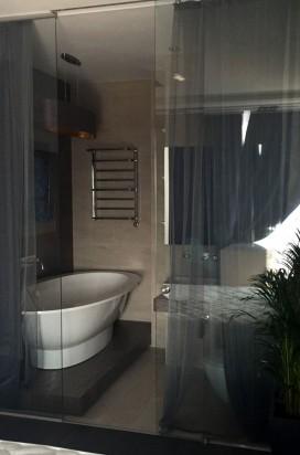 Остекление ванной комнаты - стеклянные раздвижные двери и перегородка