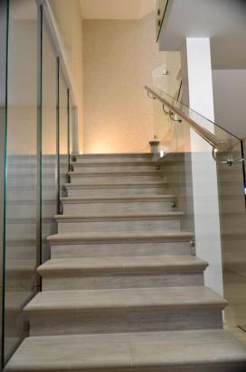 Стеклянное ограждение лестницы в интерьере