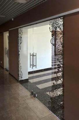Раздвижные двери с фотопечатью в торговом центре